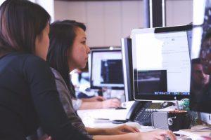 Junge Frau bei einem Startup gründet eine Firma