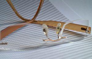 Brille auf einem Blatt Papier mit Paragraphen